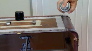Decorar baúl antiguo con vinilo y decopatch - paso 2