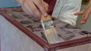 Decorar baúl antiguo con vinilo y decopatch - paso 6