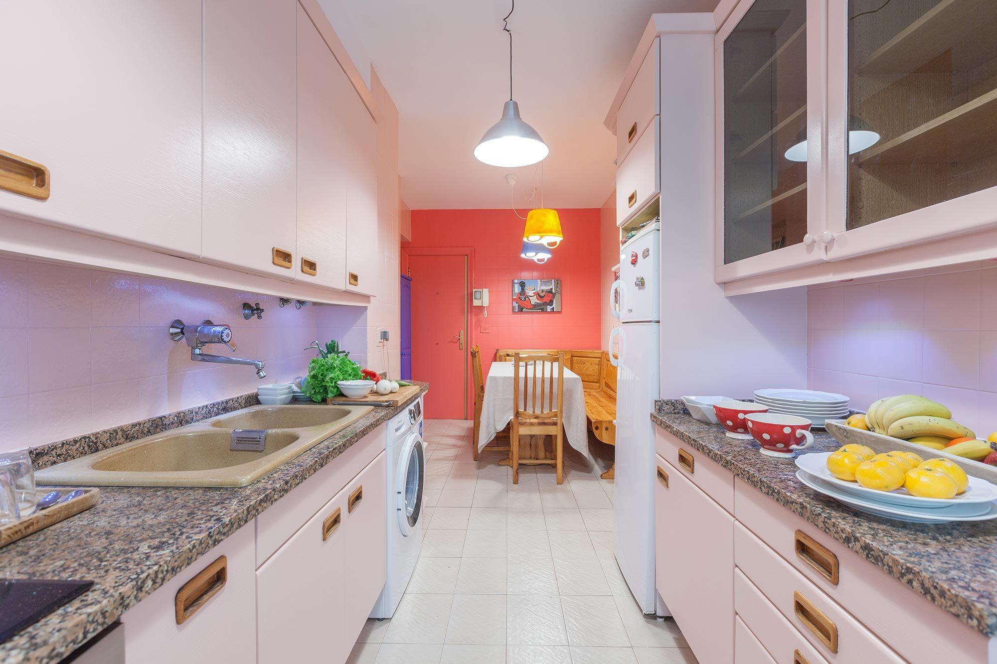 Decoración de cocina en color rosa sin obras