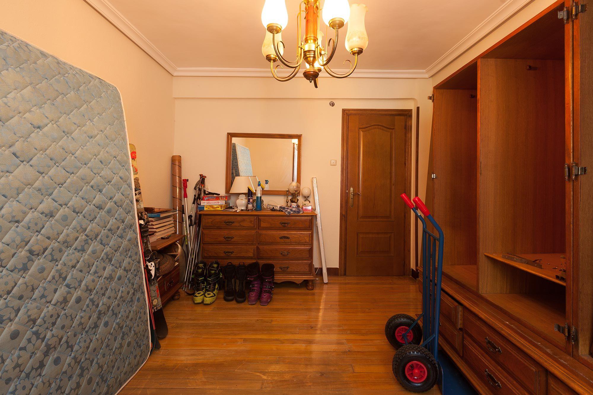 dormitorio juvenil industrial con muebles reciclados - antes