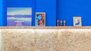 Decorar pared dormitorio con friso OSB con repisa iluminada - resultado