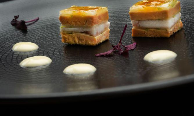 Milhojas caramelizado de foie gras, anguila ahumada, cebolleta y manzana