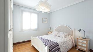 dormitorio luminoso con muebles reciclados