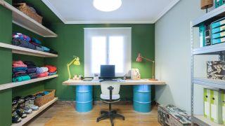 Decorar estudio multifuncional verde con baldas y escritorio a medida