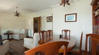 decorar salón comedor nórdico con friso en tonos verdes - antes