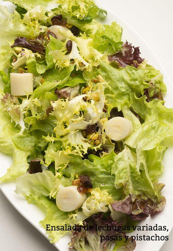 Ensalada de lechugas variadas, pasas y pistachos