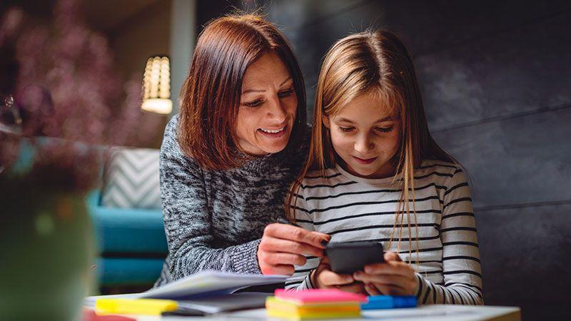 Madre explica a su hija cómo utilizar el móvil de forma responsable.