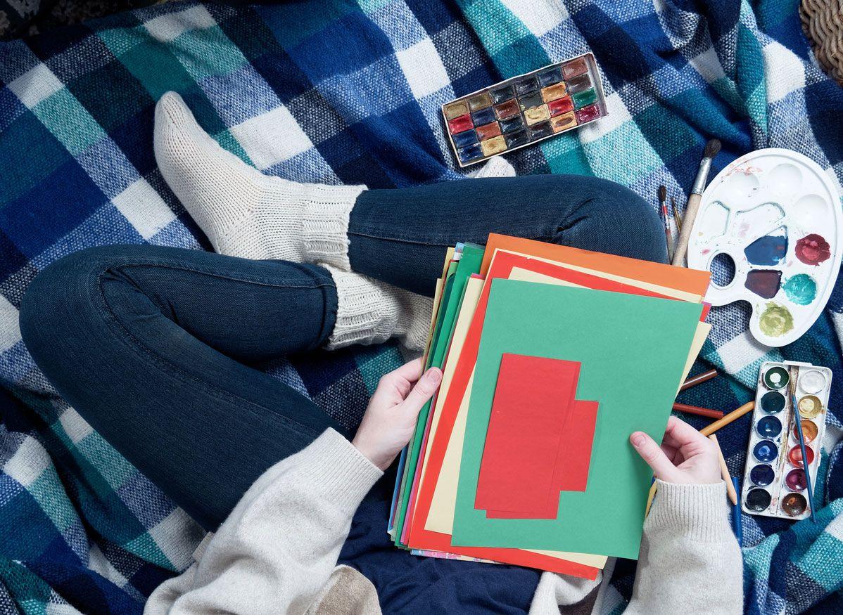 Materiales necesarios para hacer una postal navideña combinando origami y lettering