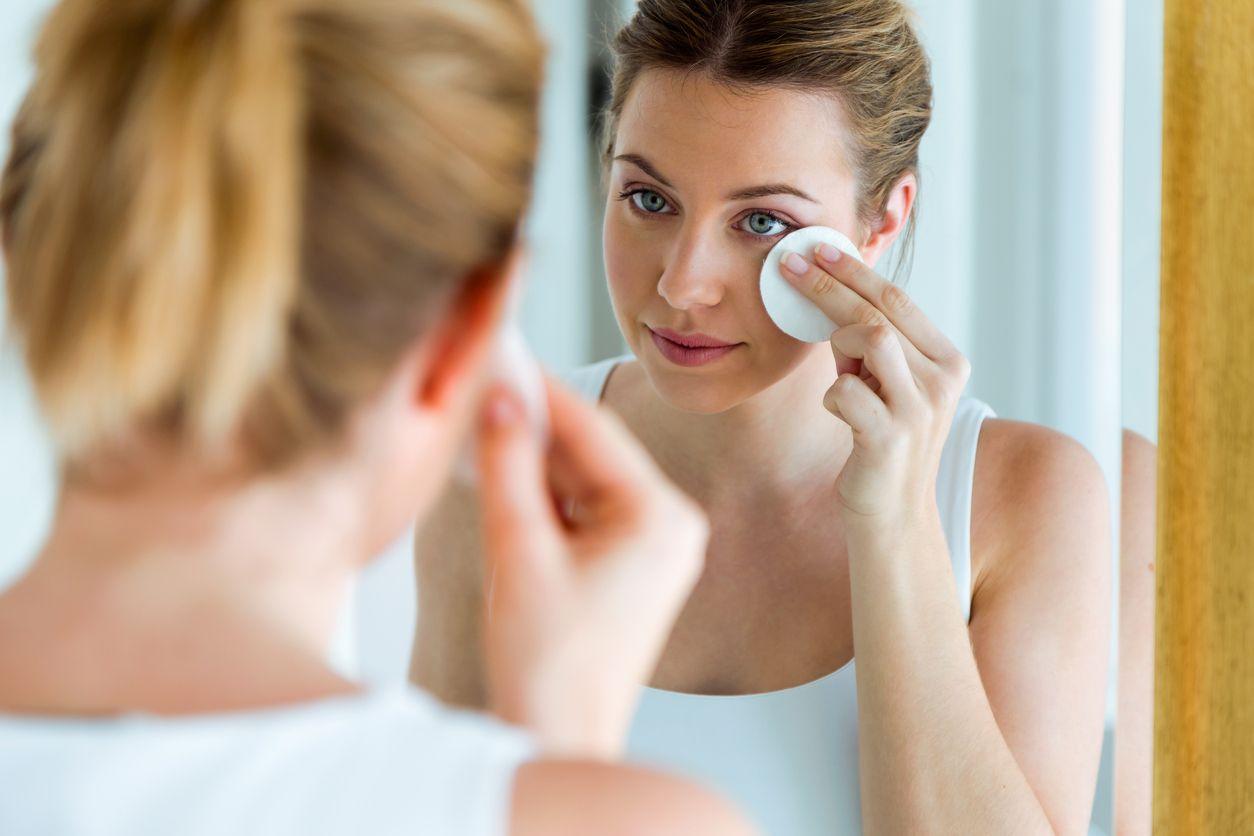 Aplica el tónico a toquecitos con ayuda de un algodón, para preparar la piel para el resto de tratamientos.