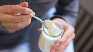 Comer un yogur caducado