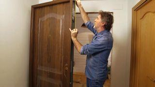 Cómo instalar una puerta metálica - Paso 1