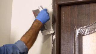 Cómo instalar una puerta metálica - Paso 10