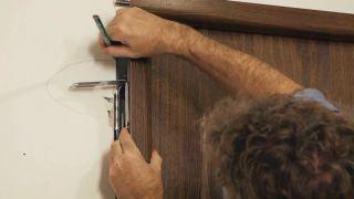 Cómo instalar una puerta metálica - Paso 2