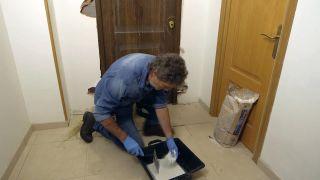 Cómo instalar una puerta metálica - Paso 8