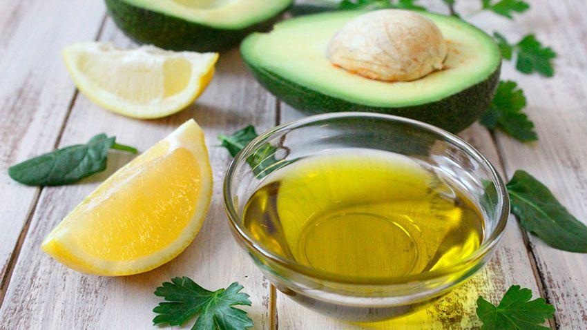 Remedio natural con aceite de oliva, limón y aguacate para acelerar el crecimiento de las cejas.