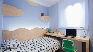 Decorar dormitorio infantil con friso de montañas y escritorio de madera