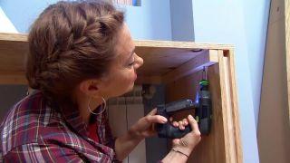 decorar un dormitorio infantil con escritorio y friso de madera - paso 11
