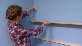 decorar un dormitorio infantil con escritorio y friso de madera - paso 5