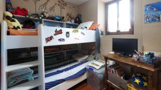 decorar un dormitorio infantil con escritorio y friso de madera - antes