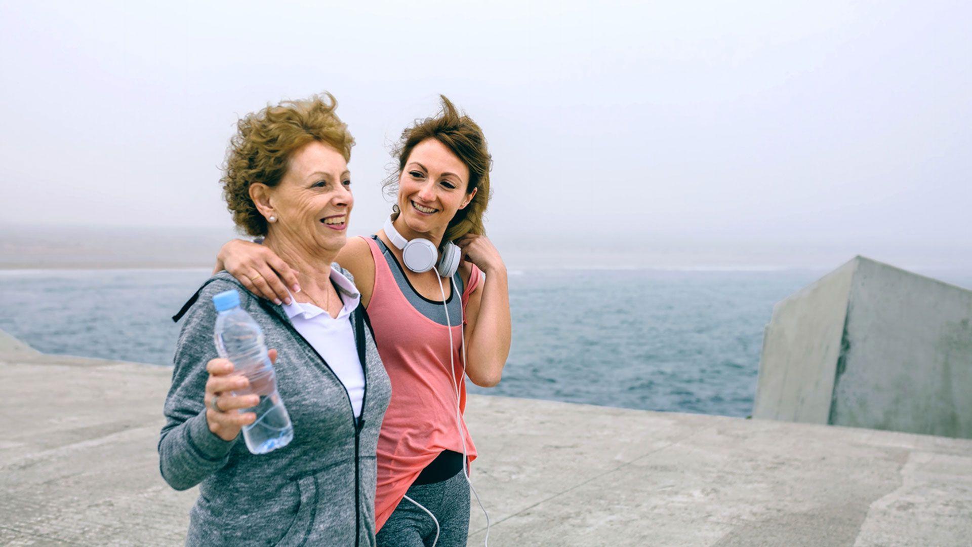 Mujeres realizan ejercicio físico para encontrarse bien física y mentalmente.