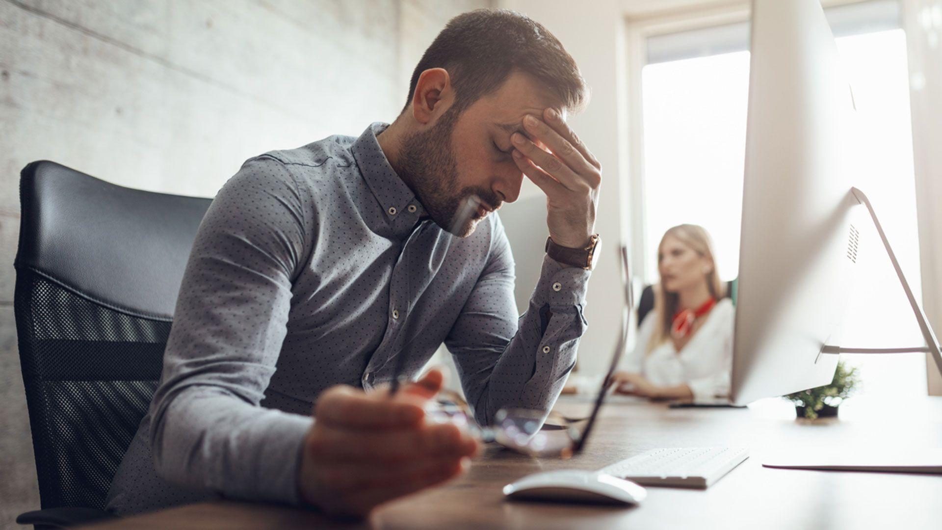 No dormir cómo mínimo 7-8 horas diarias, aumenta la ansiedad y el estrés.