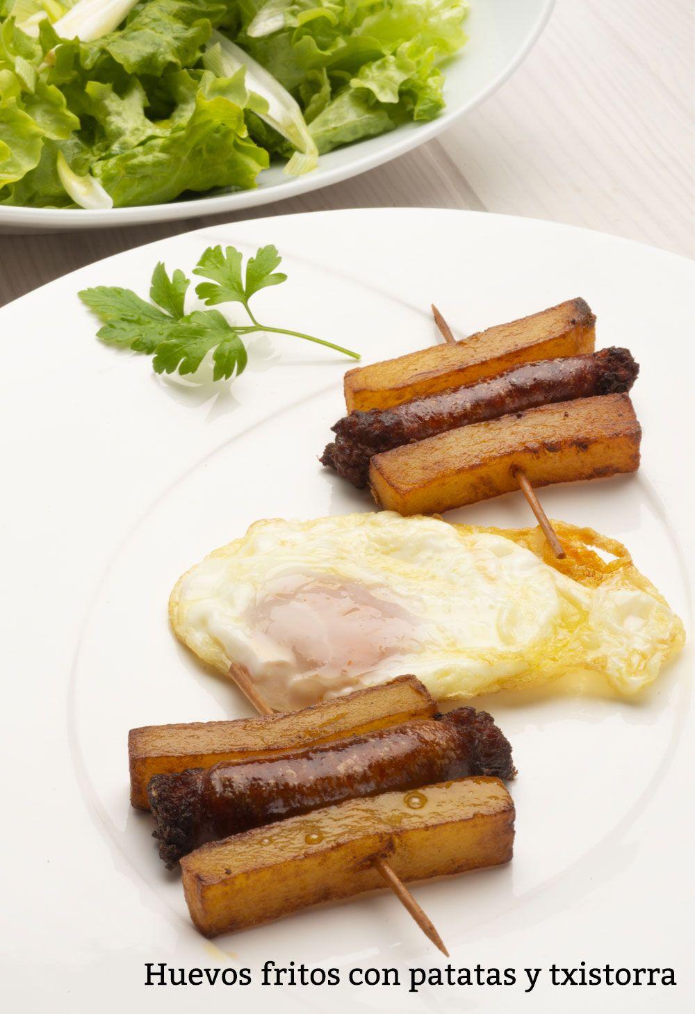 Huevos fritos con patatas y txistorra