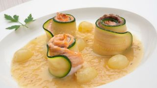 Popietas de salmón y calabacín con salsa de uvas