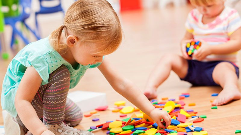 Niñas jugando con puzzles.