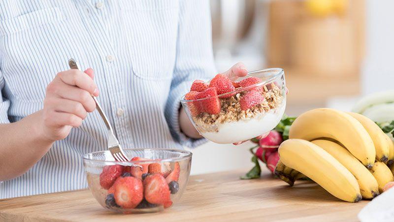 Fruta con yogur y cereales, snack saludable.