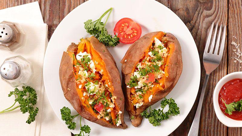 Boniatos asados rellenos de brócoli, rúcula, queso feta y tomate.