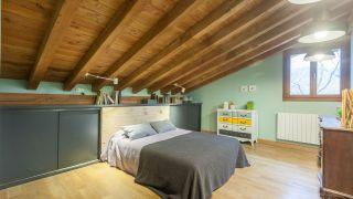 Dormitorio juvenil verde en buhardilla