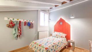 Decorar dormitorio infantil campestre con cabecero rojo