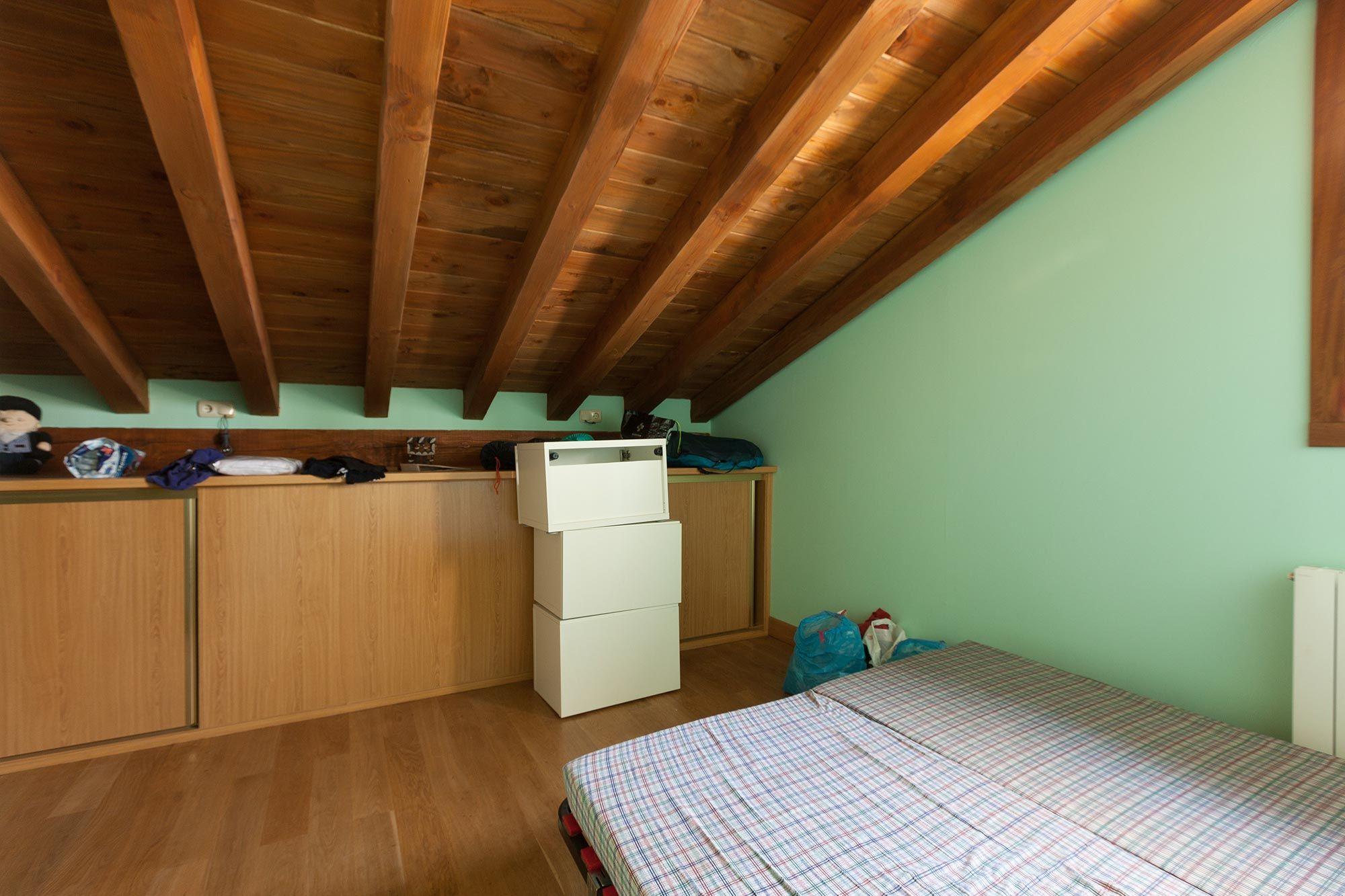 decorar dormitorio infantil alegre y campestre con cabecero rojo - antes