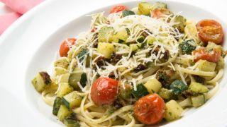 Tallarines con verduras y salsa pesto