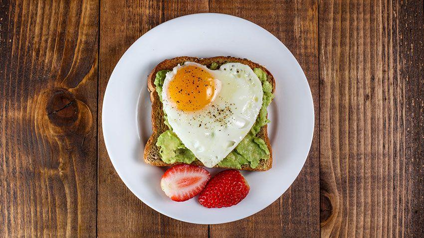 Tostadas con aguacate y huevo frito en forma de corazón
