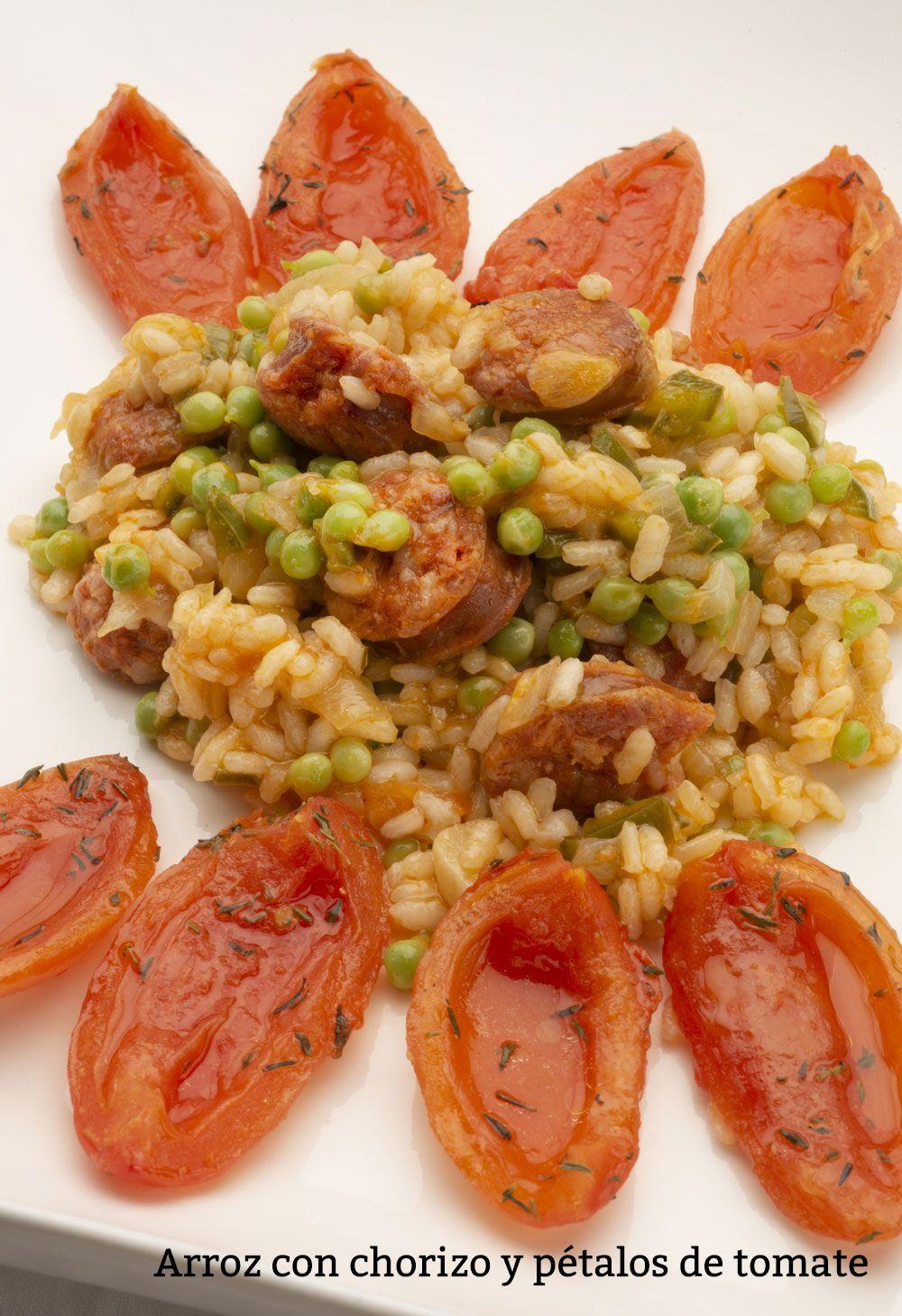 Arroz con chorizo y pétalos de tomate.