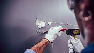 Cómo abrir un pasaplatos en la pared