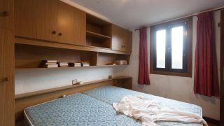 Dormitorio campestre verde aguamarina antes
