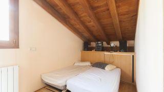 Habitación de invitados confortable y organizada en ático - antes