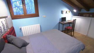 Habitación de invitados confortable y organizada en ático paso 9