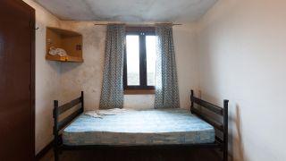 Dormitorio iluminado y fresco en azul antes