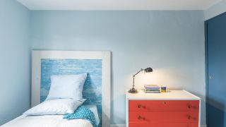Dormitorio iluminado y fresco en azul