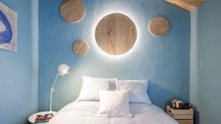 Dormitorio con detalles espaciales