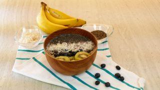 Smothie bowl de arándanos, plátano y avena