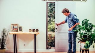 Cómo hacer una puerta corredera con un tablero