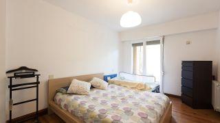 Dormitorio amarillo con friso de madera antes
