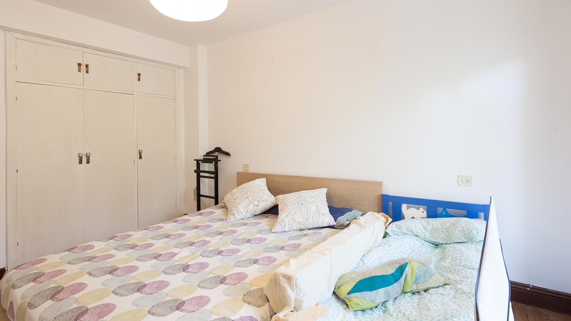 Dormitorio colorido antes
