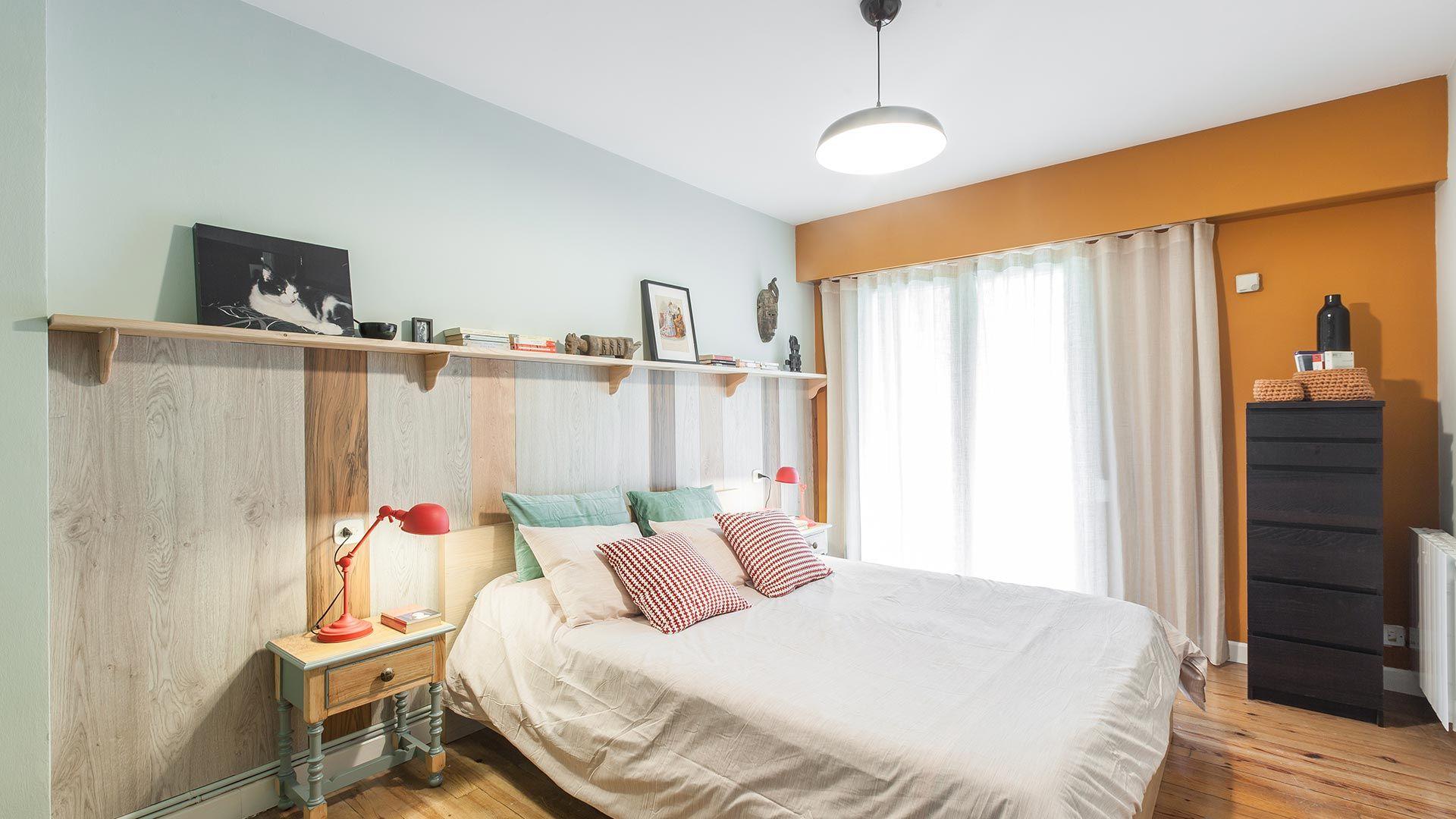 Dormitorio amarillo con friso de madera