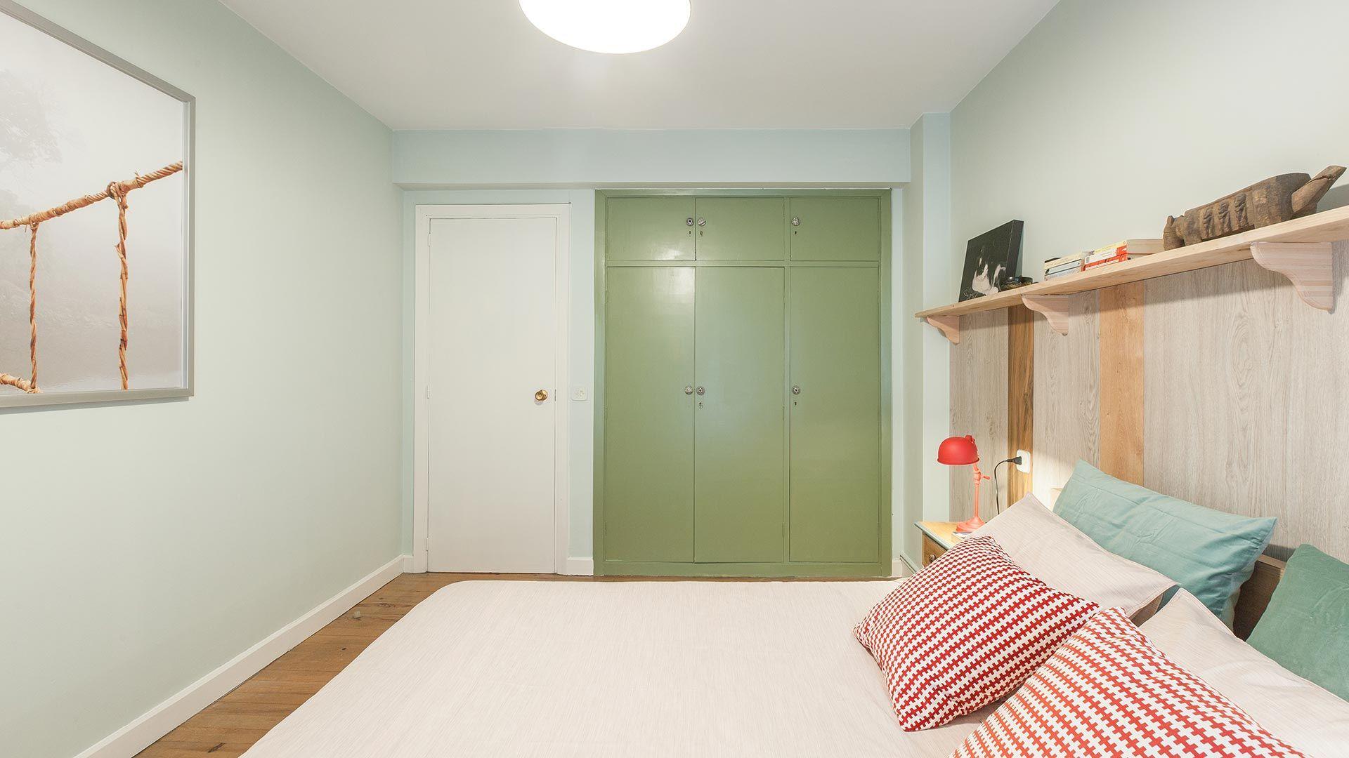 Pintar el armario empotrado de verde para un toque masculino y juvenil