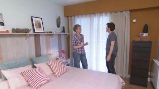 Dormitorio amarillo con friso de madera paso 11